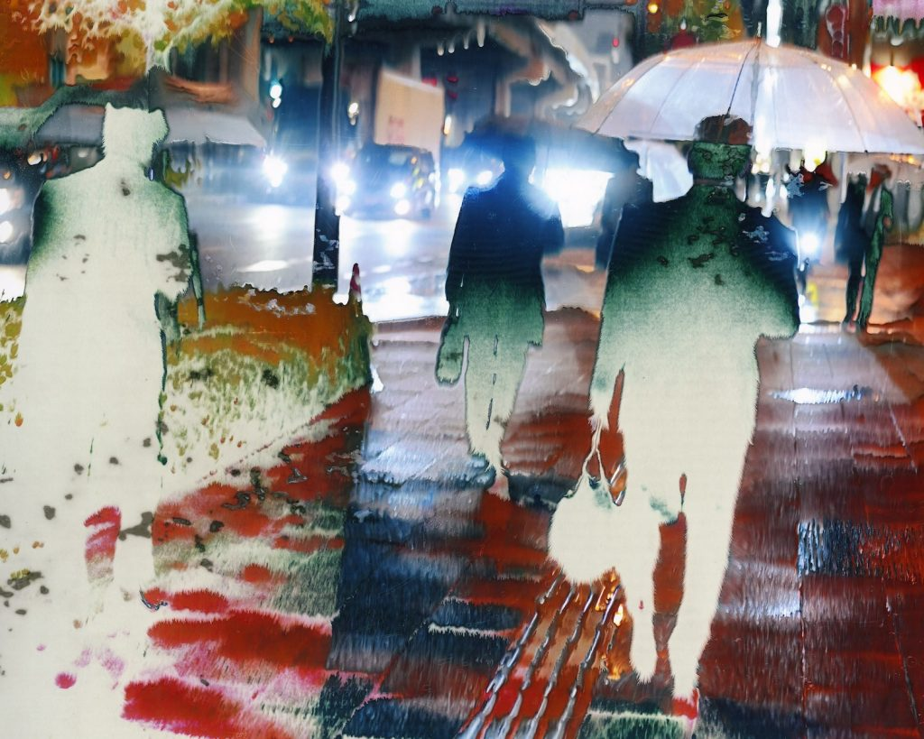 Menschen im Regen auf einem Trottoir. Fotograf: Jean-Vincent Simonet