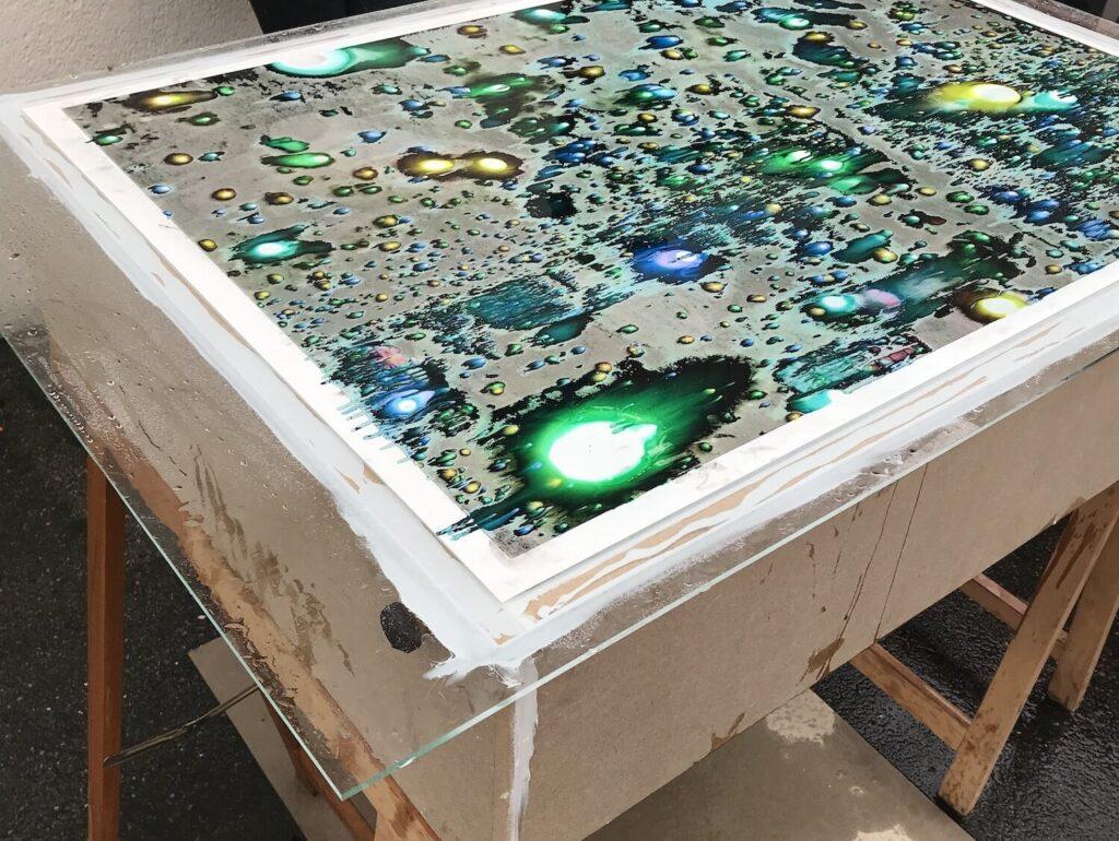 """""""Making of"""": Foto von Jean-Vincent Simonet ausgedruckt auf Glasscheibe"""