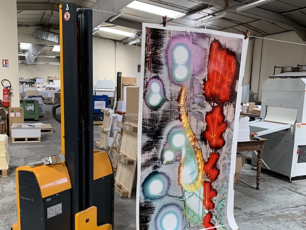 """Making of"": Bild des Fotografen Jean-Vincent Simonet häng an einem Hubstapler"